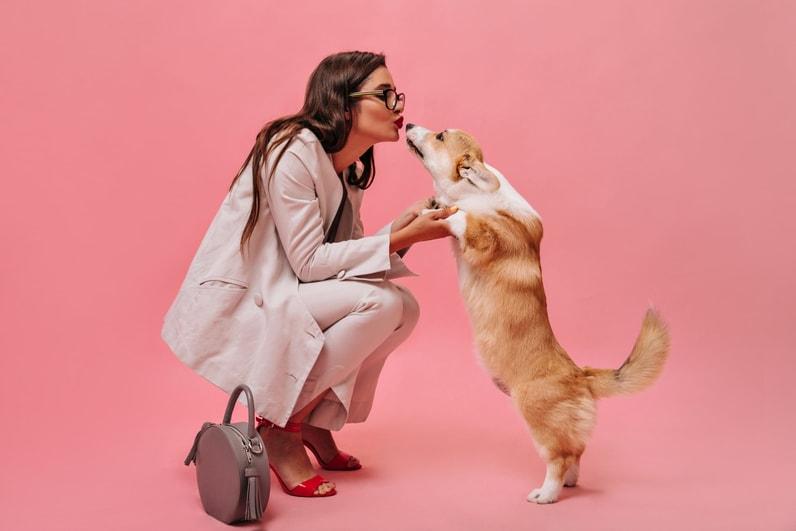 Femme élégante embrassant son chien